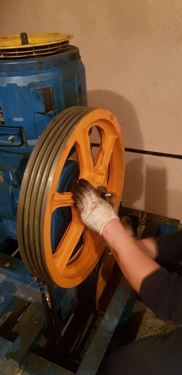 Замена канатоведущего шкива грузового лифта д.7 п.2
